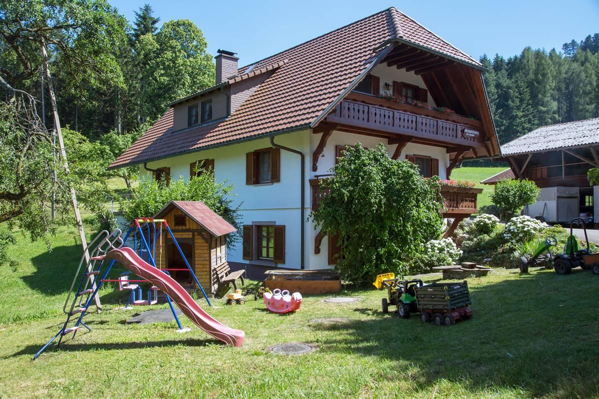 Blick auf das Leibgedinghaus und den Spielplatz vom Danielhof